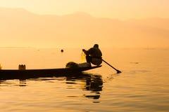 Les pêcheurs pêche des poissons pour la nourriture dans le lever de soleil dans le lac Inle photos libres de droits