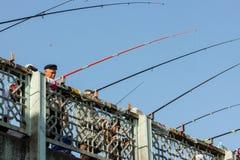 Les pêcheurs pêchent outre du pont de Galata photographie stock libre de droits
