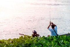 Les pêcheurs pêchent sur le bateau en rivière photo stock