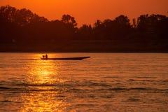 Les pêcheurs retournent à la maison le soir photographie stock