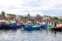 Les pêcheurs travaillent dans un port maritime à l'île de fils de la LY photo libre de droits
