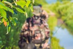 Les pêcheurs vont pêcher avec les cannes à pêche dans leurs mains Photographie stock libre de droits