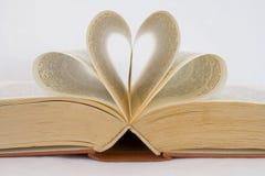 Les pages d'un livre ont courbé dans des formes de coeur Photographie stock