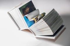 Les pages d'un livre ont courbé dans une forme de coeur Photos libres de droits
