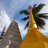 Les pagodas dans le temple bouddhiste photo stock