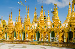 Les pagodas encerclent le stupa doré de la pagoda de Shwedagon Image libre de droits