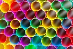 Les pailles à boire en plastique multicolores se ferment  Images libres de droits