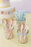 Les pailles en bois de couverts et de papier dans des pots de confiture attachés avec la cuisine tortillent photos stock