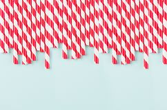 Les pailles rayées rouges et blanches de fond moderne abstrait de mode - comme modèle de frontière sur la lumière monnayent le fo photos libres de droits