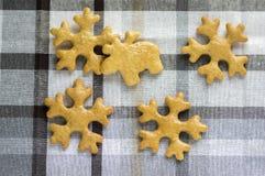 Les pains d'épice tchèques savoureux traditionnels, le fond de Noël avec des flocons de neige et le renne sur blanc et le gris on photographie stock