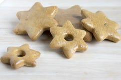 Les pains d'épice tchèques savoureux traditionnels, Noël se tient le premier rôle sur la table en bois images stock