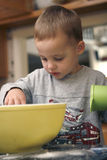 Les pains de traitement au four d'enfant en bas âge se ferment vers le haut Photographie stock libre de droits