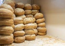 Les pains frais ont placé dans une rangée dans une boulangerie, type de pain français image stock