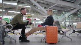 Les paires d'amants attendent le train dans le bâtiment de la gare ferroviaire, causant clips vidéos