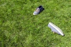 Les paires d'espadrilles ont décollé dans une pelouse d'herbe verte de parc Vue supérieure Photos stock