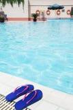 Les paires de bascules électroniques bleues par la piscine dégrossissent Photographie stock libre de droits