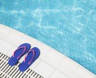 Les paires de bascules électroniques bleues par la piscine dégrossissent Photos stock
