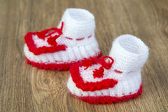Les paires de blanc fait main et de rouge ont tricoté des pantoufles Image libre de droits