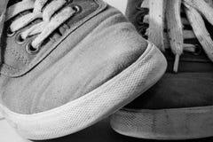 Les paires de chaussures ont croisé à B et à W Photographie stock libre de droits