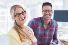 Les paires de concepteurs s'asseyent dans leur bureau Photo libre de droits