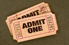 Les paires de déchiré admettent des billets d'un film Image stock
