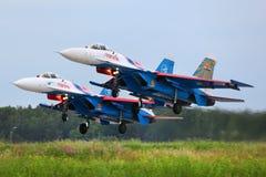 Les paires de Sukhoi Su-27 des acrobaties aériennes de chevaliers de Russe team le figh de jet photo stock