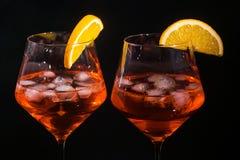 Les paires de verres avec la boisson de boisson alcoolisée wine Photos libres de droits