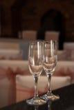 Les paires de verres de vin prêts pour une célébration, mais vident Photos stock