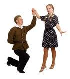 Les paires exécutent une danse dans les costumes des années 60 Photo stock