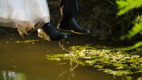 Les paires juste mariées se sont échappées de l'événement banque de vidéos