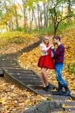 Les paires romantiques se réunissent en parc se tenant sur des escaliers Photo libre de droits
