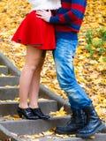 Les paires romantiques se réunissent en parc se tenant sur des escaliers Photographie stock libre de droits
