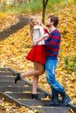 Les paires romantiques se réunissent en parc se tenant sur des escaliers Images libres de droits