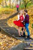 Les paires romantiques se réunissent en parc se tenant sur des escaliers Photographie stock