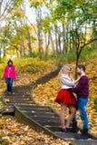 Les paires romantiques se réunissent en parc se tenant sur des escaliers Photo stock
