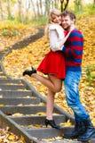 Les paires romantiques se réunissent en parc se tenant sur des escaliers Photos stock