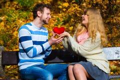 Les paires romantiques se reposent sur le banc en parc automnal Image libre de droits