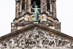 Les palais de Koninklijk détaillent la tour dans la place de barrage d'Amsterdam Image libre de droits