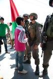 Les Palestiniens protestent le mur israélien image libre de droits