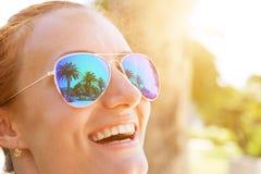 Les palmiers se reflètent dans les lunettes de soleil Images libres de droits