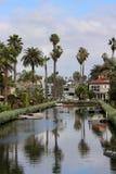 Les palmiers se reflètent dans un canal à Venise, la Californie images stock