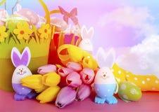 Les paniers heureux de chasse à oeuf de pâques avec le lapin eggs image stock