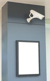 Les panneaux d'affichage vides fixés à un mur avec la surveillance visuelle sont venus Photo libre de droits