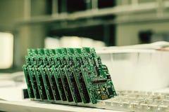 Les panneaux d'ordinateur s'élèvent dans une rangée à l'usine pour la production des pièces de rechange Photographie stock
