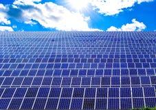 Les panneaux de puissance ? ?nergie solaire mettent en place photo libre de droits