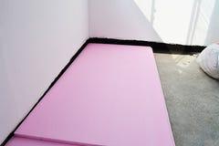 Les panneaux expulsés de mousse de polystyrène se sont étendus sur le plancher de béton de balcon photo libre de droits
