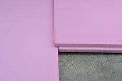 Les panneaux expulsés de mousse de polystyrène se sont étendus sur le plancher de béton de balcon Image libre de droits