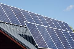Les panneaux solaires absorbent le soleil photos libres de droits
