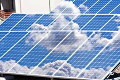 Les panneaux solaires mettent en place et couvrent Photos libres de droits