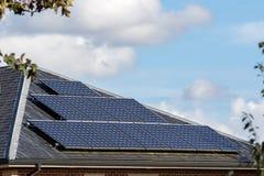 Les panneaux solaires sur l'ardoise ont couvert de tuiles le toit de la maison moderne Photos libres de droits